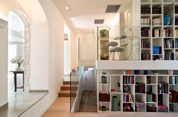 minimalistisches Apartment regale bücher glaswand