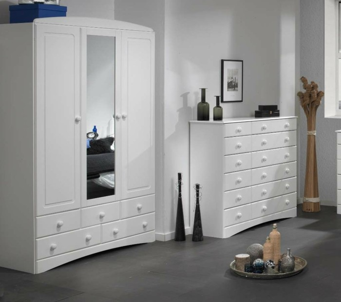 der kleiderschrank mit spiegel ein n tzliches m belst ck. Black Bedroom Furniture Sets. Home Design Ideas