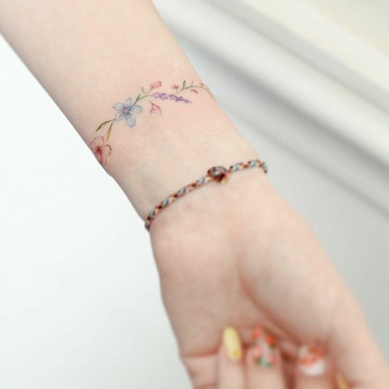armband tattoo frauen blumen tattoo